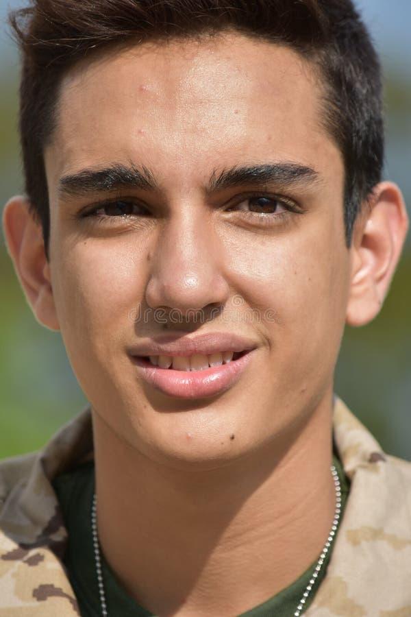 Soldado de sexo masculino Smiling del ejército imagen de archivo