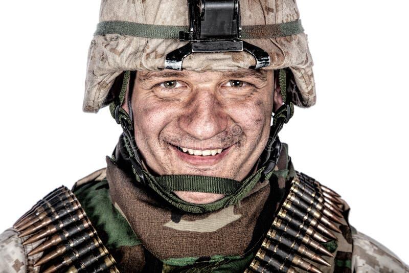 Soldado de sorriso feliz do comando no capacete do combate imagem de stock royalty free
