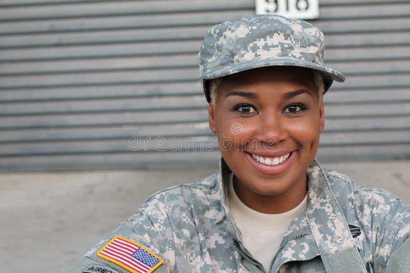 Soldado de veterano que sorri e que ri Mulher afro-americano nas forças armadas imagem de stock royalty free