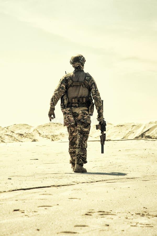 Soldado del soldado de infantería del ejército con patrullar del desierto del rifle foto de archivo libre de regalías