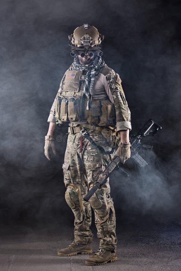 Soldado del Ejército de los EE. UU. con las gafas en el humo fotos de archivo libres de regalías