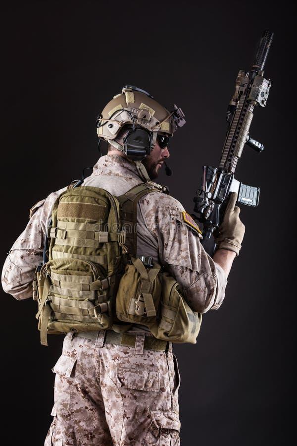 Soldado del Ejército de los EE. UU. en fondo oscuro fotos de archivo libres de regalías