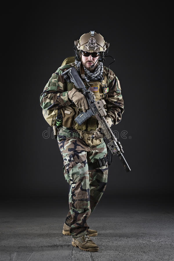 Soldado del Ejército de los EE. UU. en fondo oscuro imagenes de archivo
