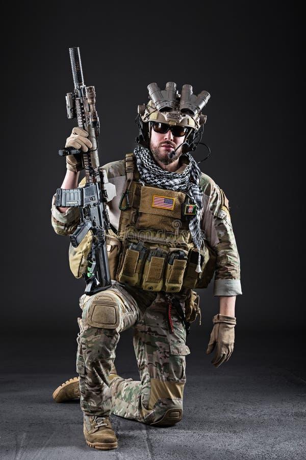 Soldado del Ejército de los EE. UU. en fondo oscuro imagen de archivo