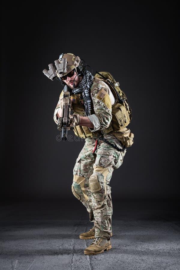 Soldado del Ejército de los EE. UU. en fondo oscuro fotografía de archivo libre de regalías