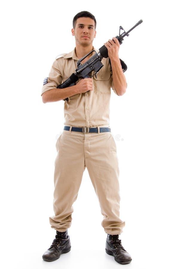 Soldado derecho que presenta con el arma imagenes de archivo