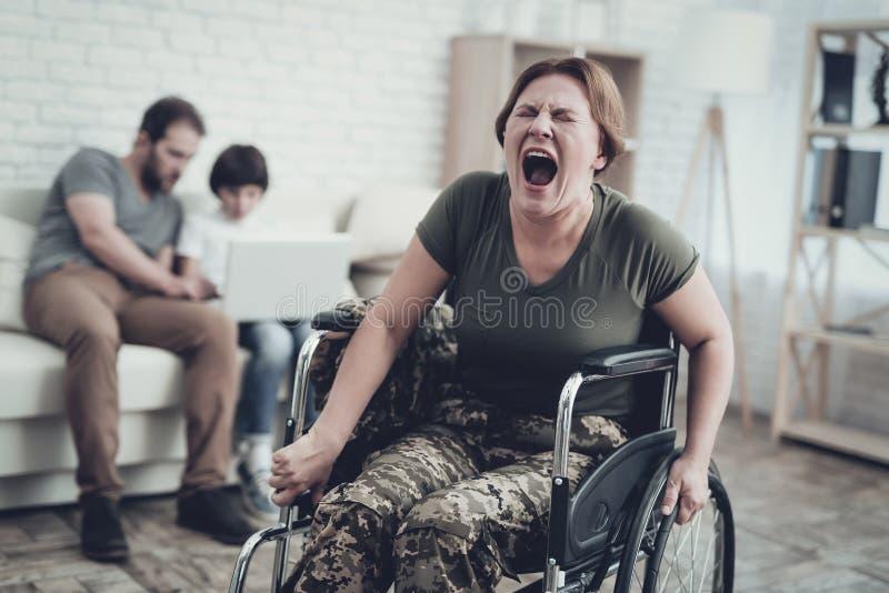 Soldado discapacitado In Wheelchair Sufra de dolor imágenes de archivo libres de regalías