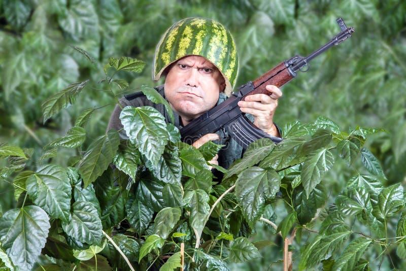 Soldado divertido con una ametralladora imagen de archivo libre de regalías