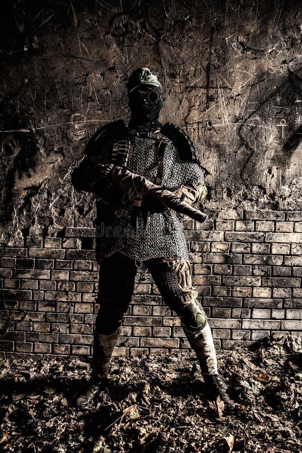 Soldado do apocalipse do cargo que aponta com arma feito a mão imagens de stock royalty free