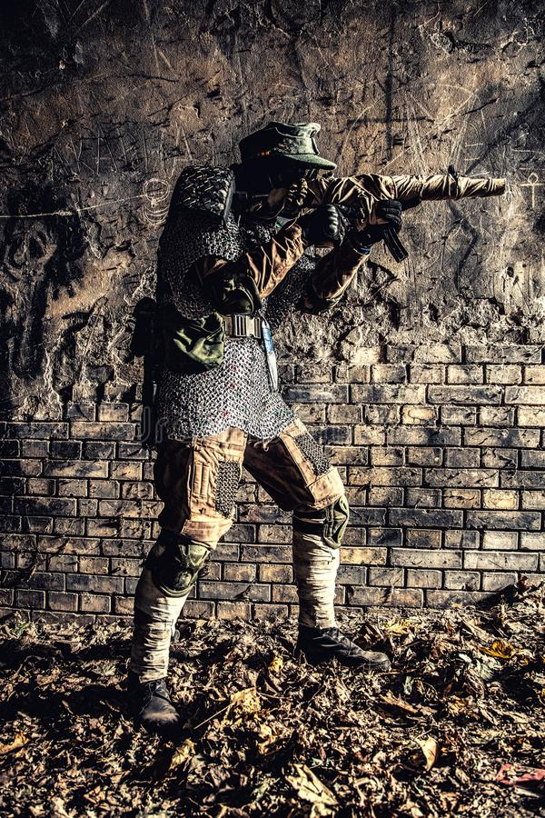 Soldado do apocalipse do cargo que aponta com arma feito a mão fotos de stock