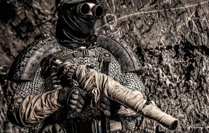 Soldado do apocalipse do cargo que aponta com arma feito a mão fotos de stock royalty free