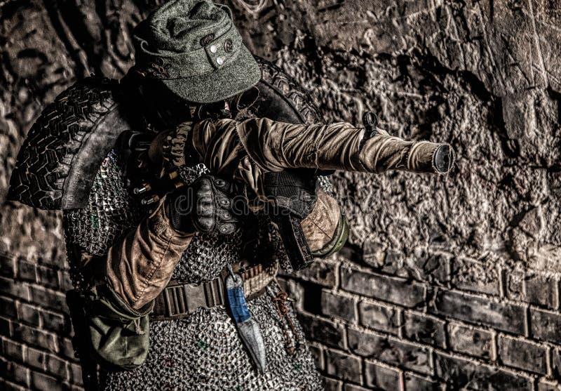 Soldado do apocalipse do cargo que aponta com arma feito a mão fotografia de stock