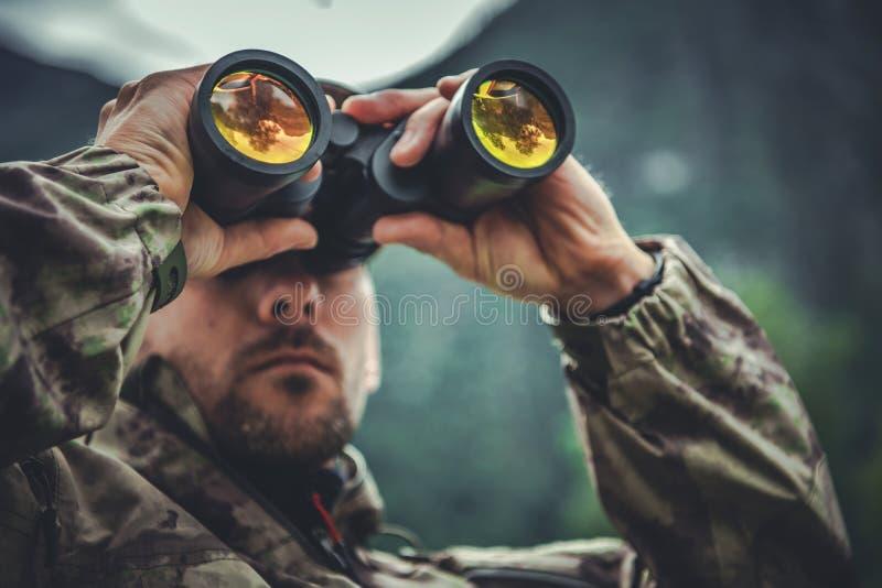 Soldado do exército com binóculos foto de stock royalty free