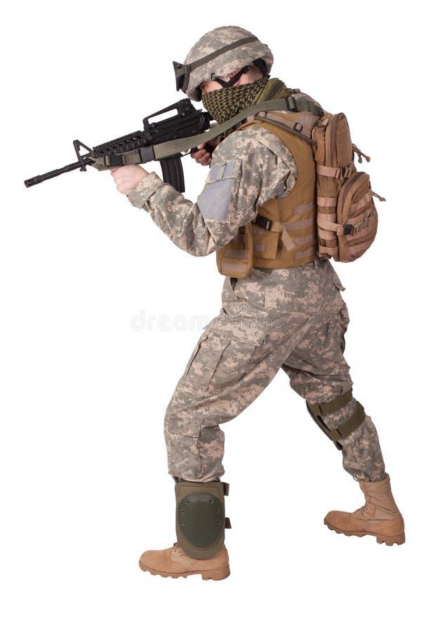 Soldado do EXÉRCITO DOS EUA com o rifle m4 fotografia de stock royalty free