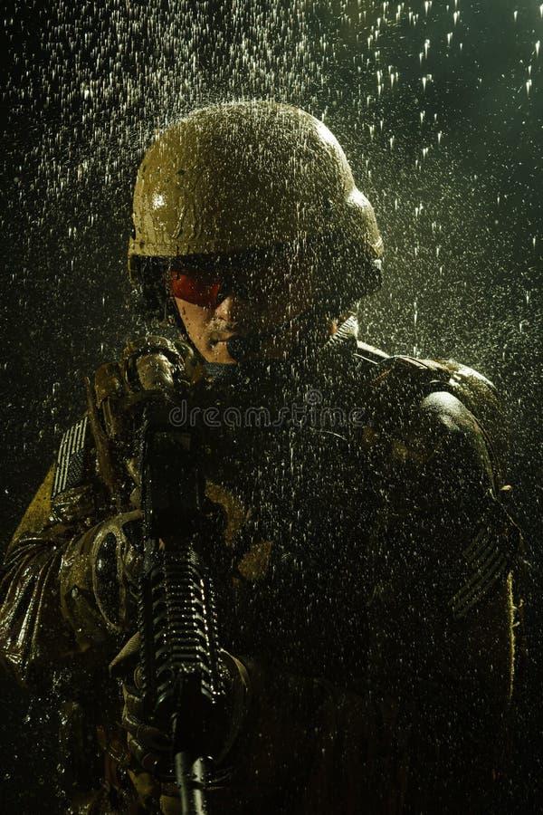 Soldado do exército dos EUA na chuva imagens de stock royalty free