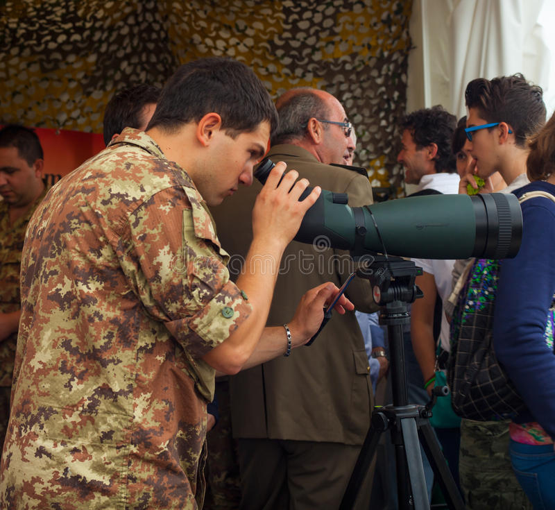 Soldado do exército italiano que olha com binóculos fotografia de stock royalty free