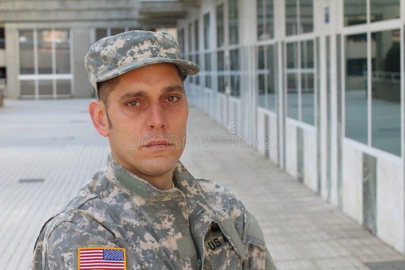 Soldado do exército que olha doente e cansado imagens de stock royalty free