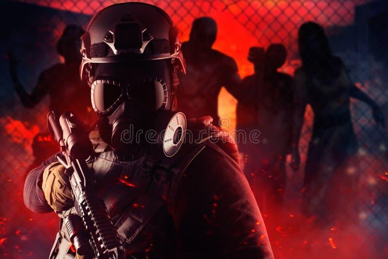 Soldado do guerreiro do apocalipse do zombi na máscara e no rifle de gás fotografia de stock royalty free