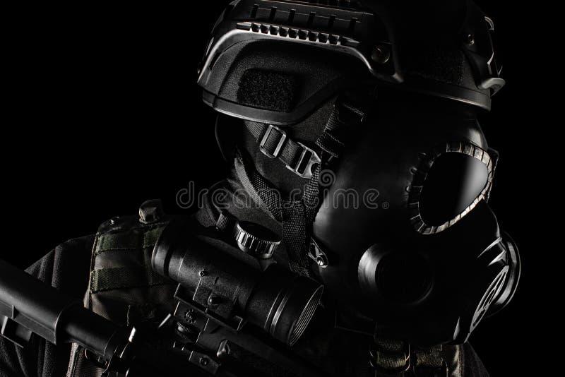 Soldado do guerreiro no close up da opinião do perfil da posição da máscara e do rifle de gás imagens de stock royalty free