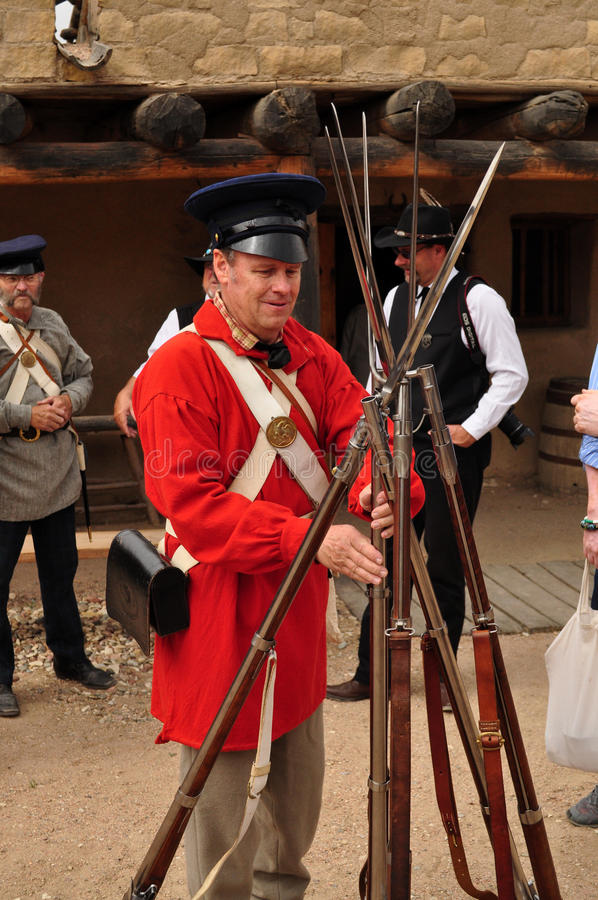 Soldado durante o reinactment no local histórico nacional do forte velho curvado do ` s fotografia de stock royalty free