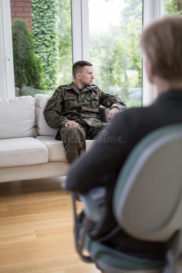 Soldado durante a sessão da psicoterapia fotografia de stock
