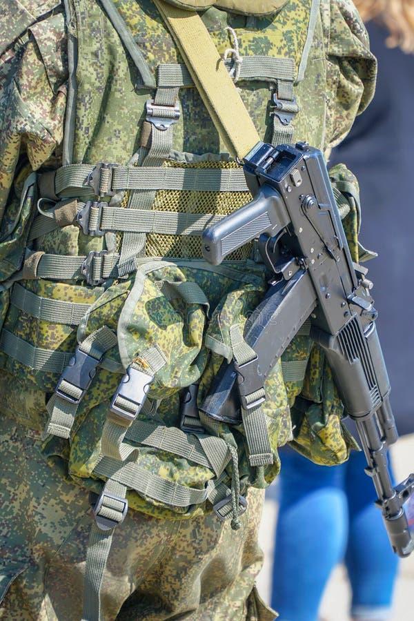 Soldado en camuflaje con un arma detr?s el suyo detr?s fotografía de archivo libre de regalías