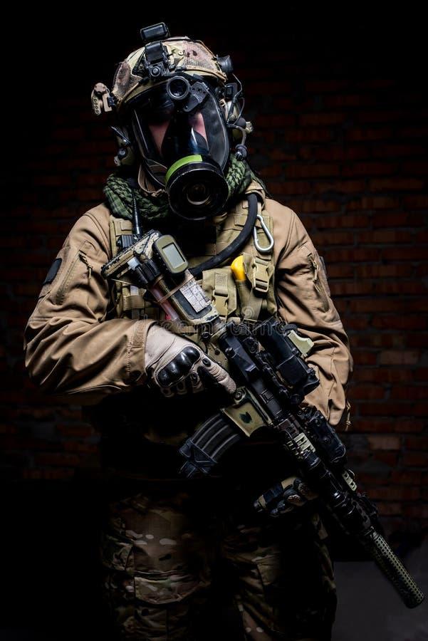 Soldado en careta antigás con el rifle en manos foto de archivo libre de regalías