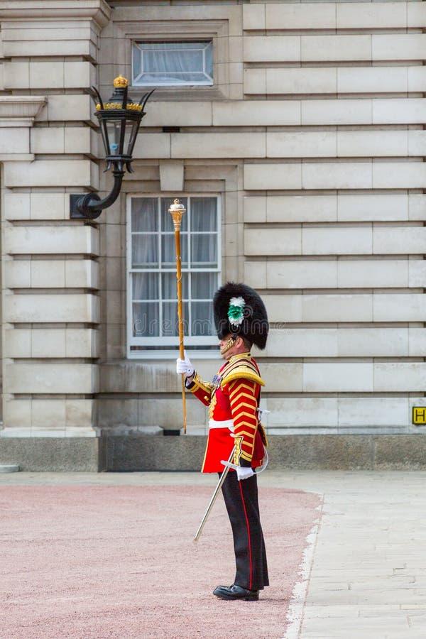 Soldado en el Buckingham Palace fotografía de archivo