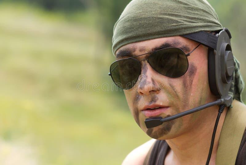 Soldado en hablar del receptor de cabeza imagenes de archivo
