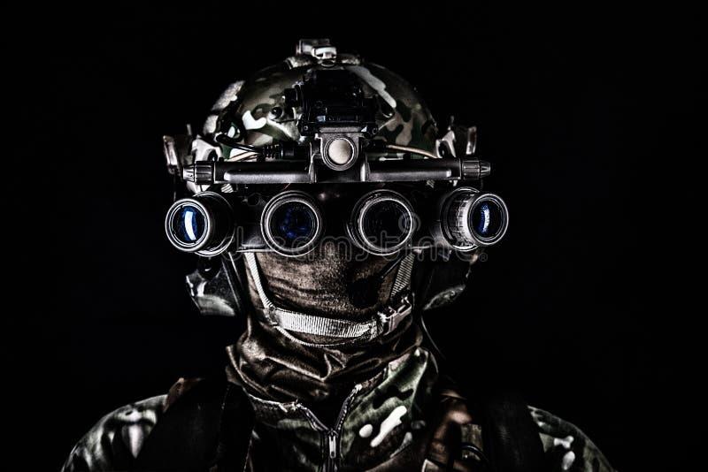 Soldado en lanzamiento oscuro del estudio de las gafas de la vista nocturna foto de archivo libre de regalías