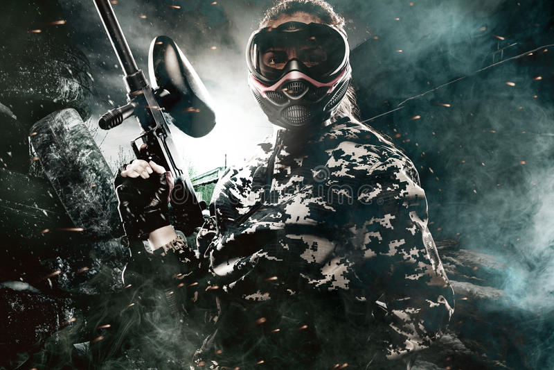 Soldado enmascarado pesadamente armado de Paintball en fondo apocalíptico de los posts Concepto del anuncio imágenes de archivo libres de regalías