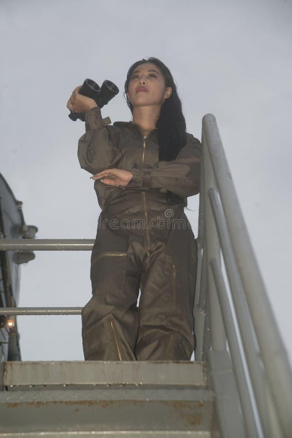 Soldado fêmea asiático bonito que guarda com binóculos fotos de stock