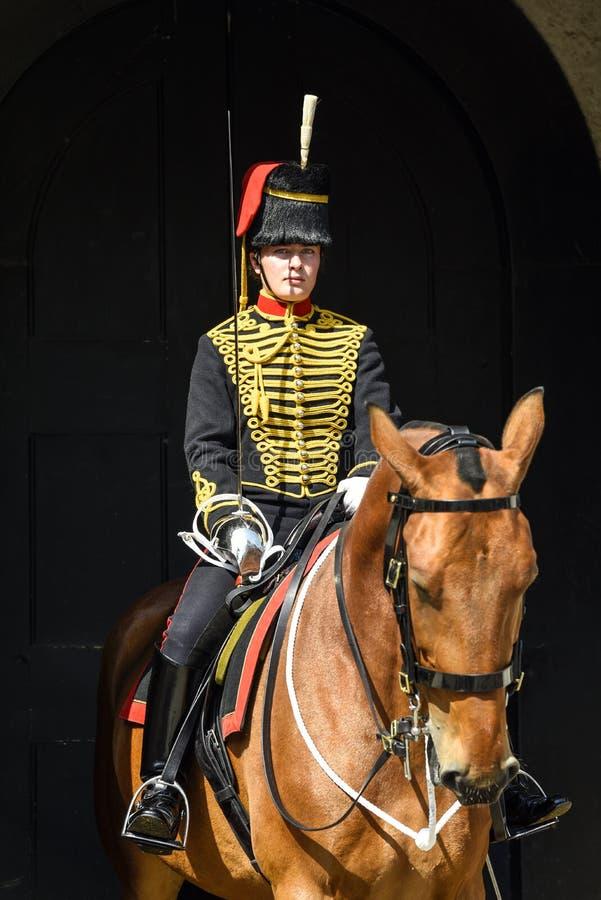 Soldado fêmea da Tropa Real Cavalo Artilharia do rei no dever de protetor montado imagem de stock royalty free