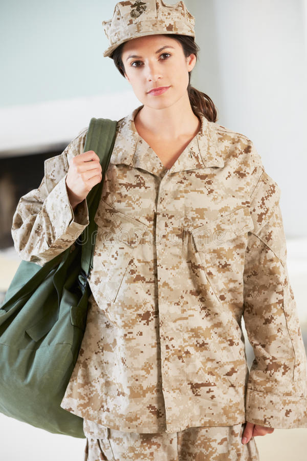 Soldado fêmea With Kit Bag Home For Leave imagens de stock