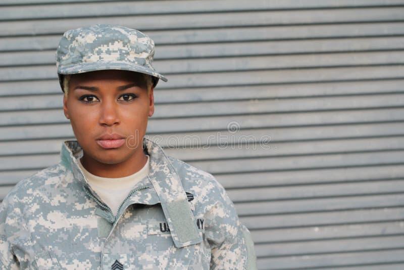 Soldado fêmea preto orgulhoso sério foto de stock