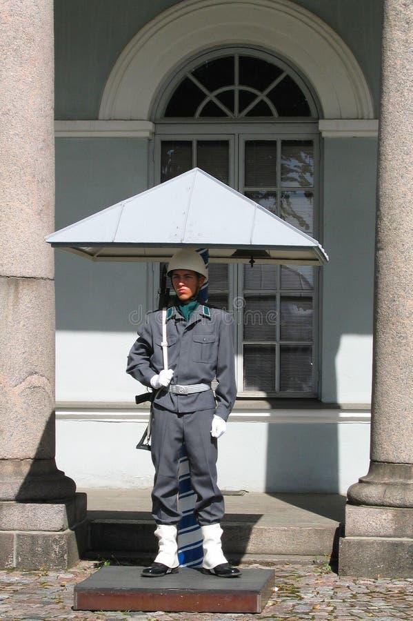 Soldado finlandés que guarda el palacio presidencial en Helsinki, Finlandia imágenes de archivo libres de regalías