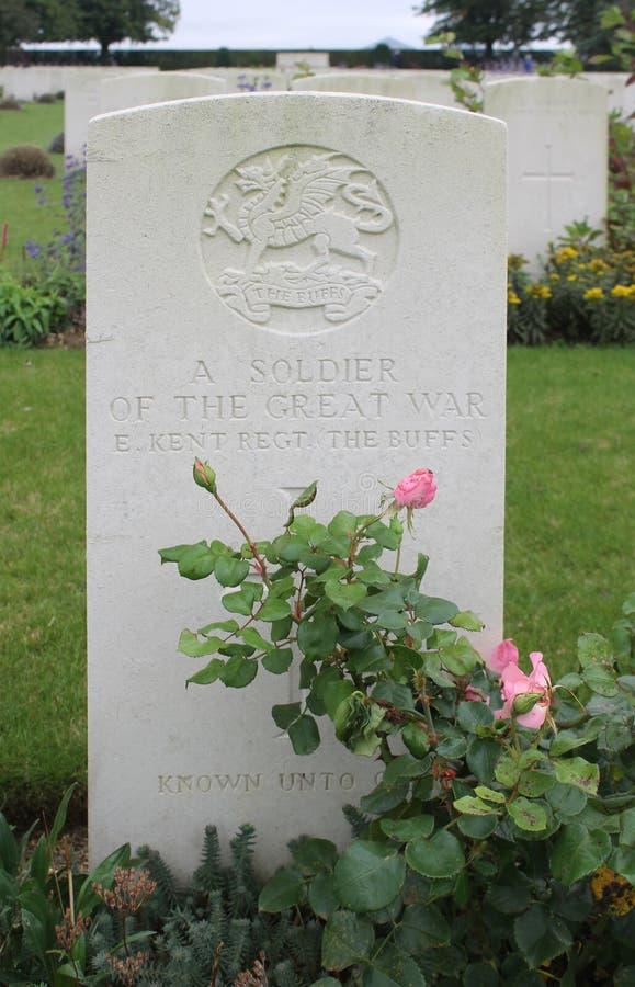 Soldado grave East Kent Regiment do desconhecido WW1, França fotografia de stock