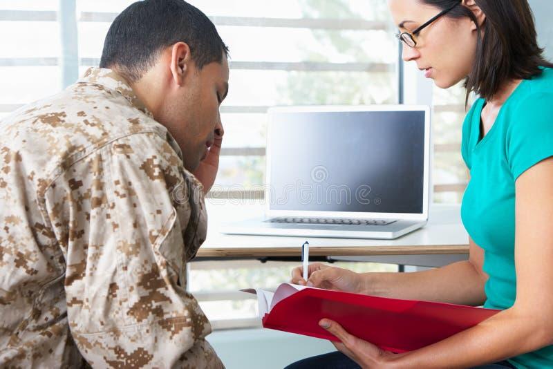 Soldado Having Counselling Session imagen de archivo