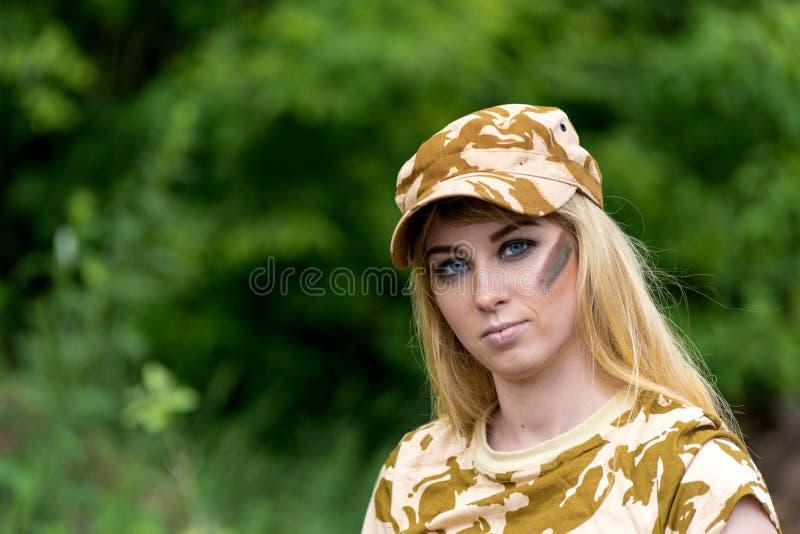 Soldado hermoso de la mujer del retrato o contratista militar privado fotografía de archivo libre de regalías