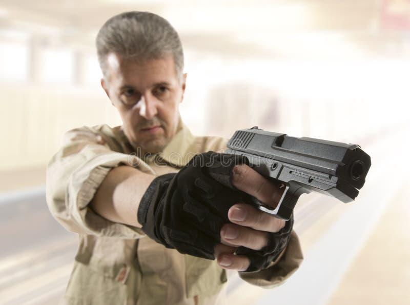 Soldado Holding Gun foto de archivo libre de regalías
