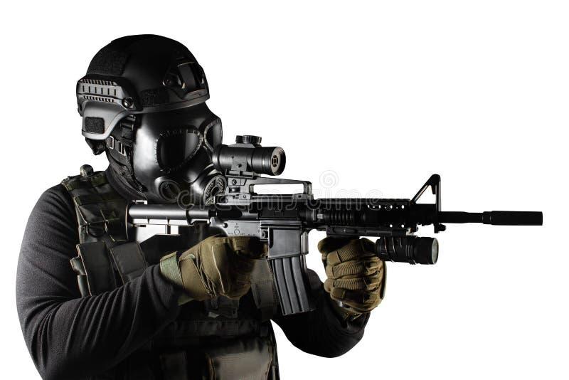 Soldado isolado do guerreiro em apontar da máscara e do rifle de gás imagem de stock
