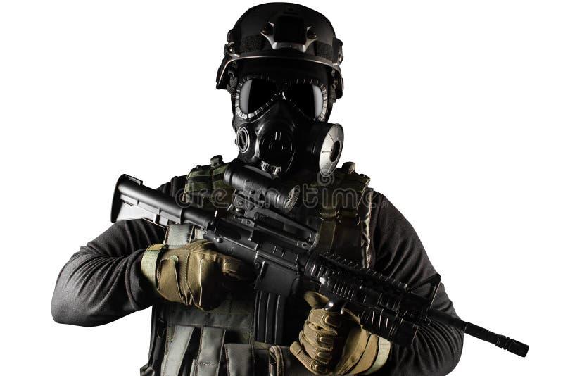 Soldado isolado do guerreiro na máscara e no rifle de gás imagens de stock royalty free