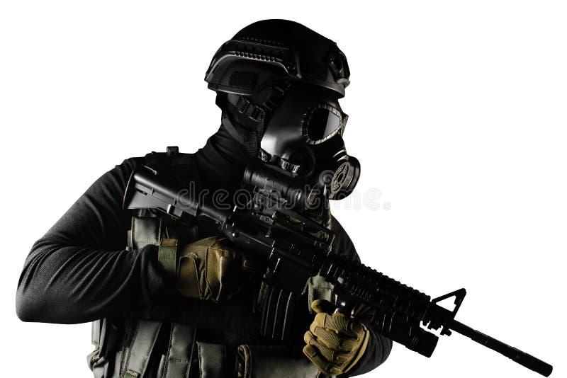 Soldado isolado do guerreiro na posição do perfil da máscara e do rifle de gás imagem de stock