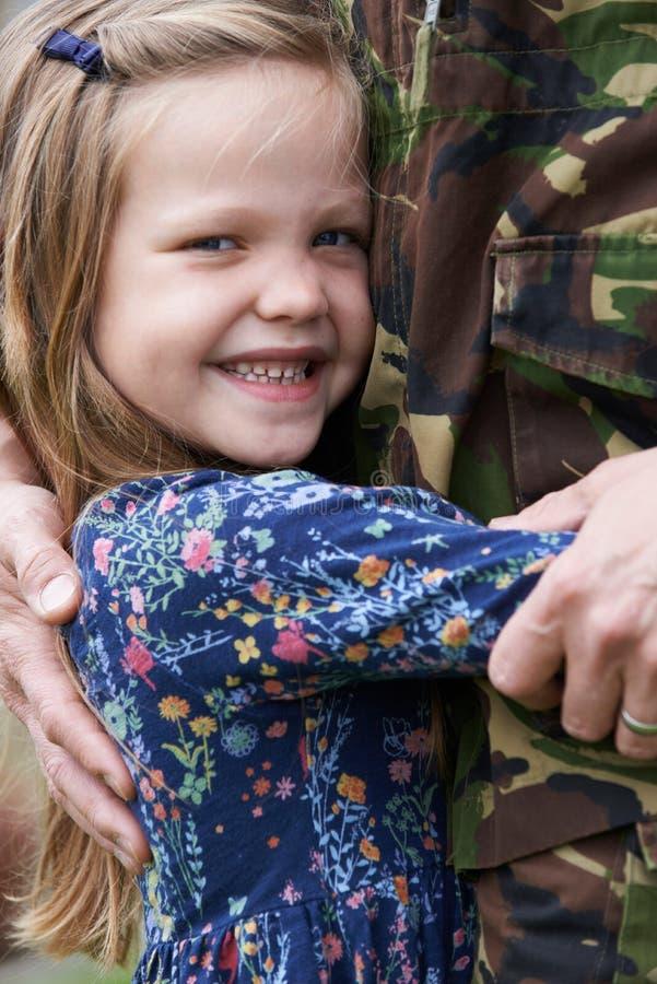 Soldado On Leave Being abrazado por la hija fotografía de archivo