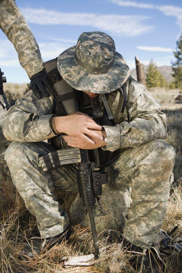 Soldado Looking Down imagens de stock