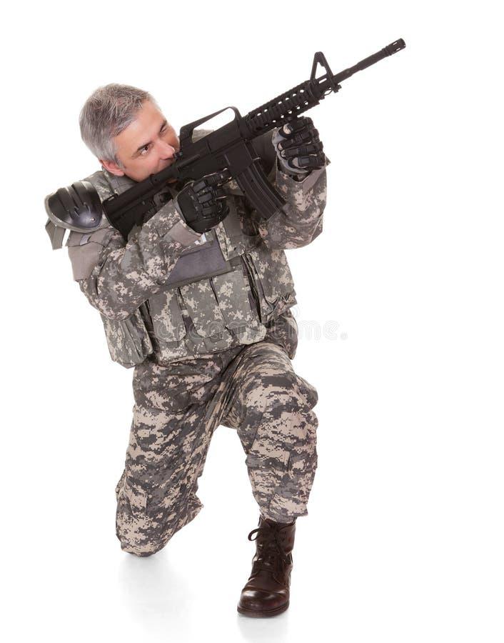 Soldado maduro Aiming With Rifle fotografía de archivo