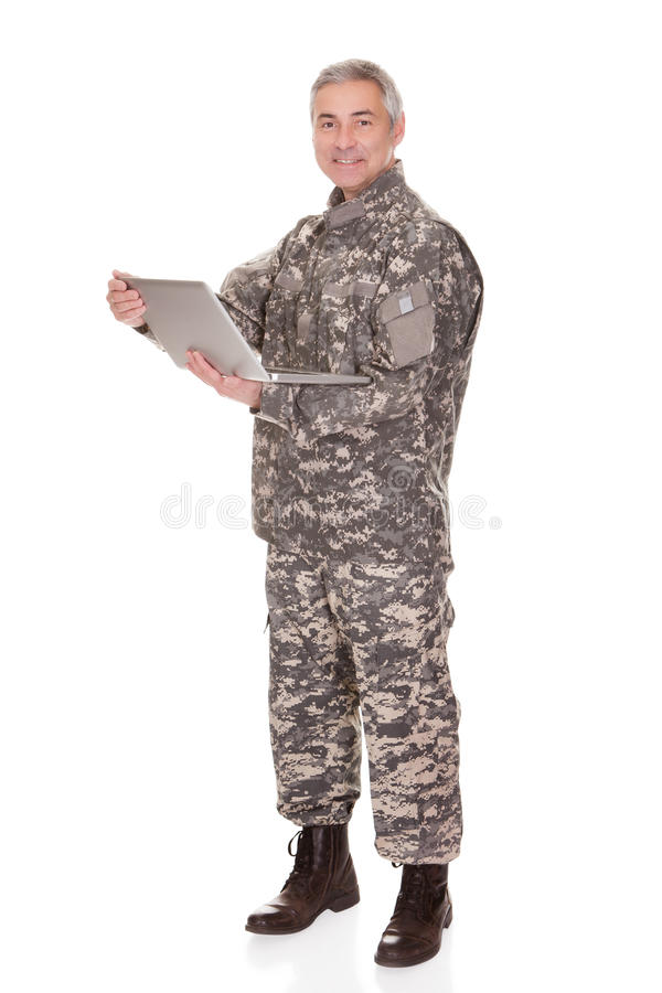 Soldado maduro Holding Laptop fotografía de archivo