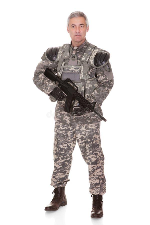 Soldado maduro Holding Rifle imagen de archivo