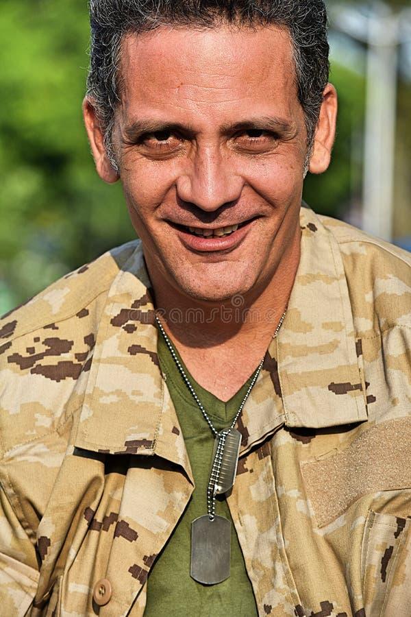 Soldado masculino militar de sorriso foto de stock