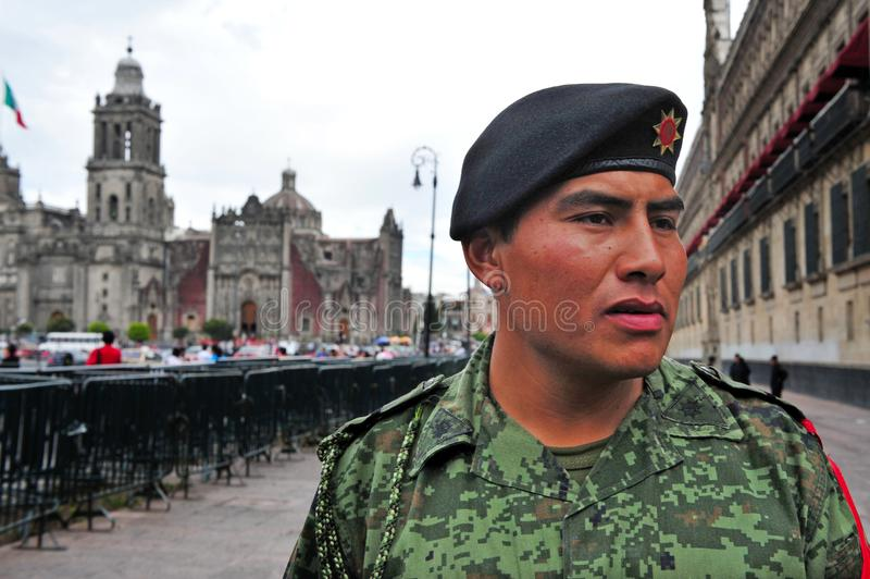 Soldado mexicano Guarding en el cuadrado de Zocalo en Ciudad de México Mex foto de archivo